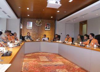 Ketua MPR Bambang Soesatyo bersama Sekjen Ma'ruf Cahyono Beraudensi dengan perwakilan universitas