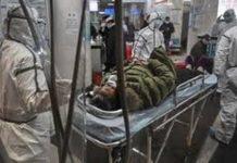 Petugas Medis Cina Mengevakuasi Korban Virus Corona