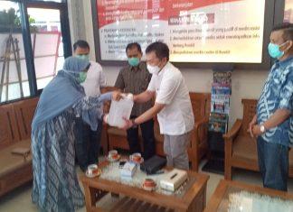Anis Byarwati dan Mardani Ali Sera Memberikan Bantuan Masker dan Handsainitezer kepada RS Sukanto Polri
