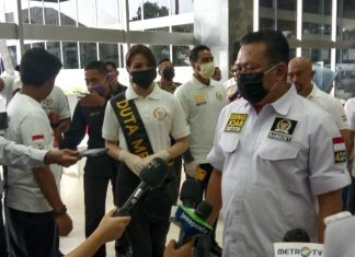 Bambang Soesatyo saat menyerahkan bantuan masker dan handsainitaizer