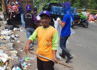 Petugas Dinas Lingkungan Hidup Pemkab Tangerang Bersihkan Sampah