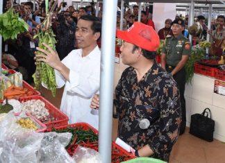 Jokowi bersama salah satu pedagang pasar