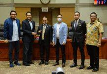Aziz Syamsuddin menyerahkan Palu kepada Pangeran Khairul Saleh Usai Dilantik Menjadi Pimpinan Komisi III