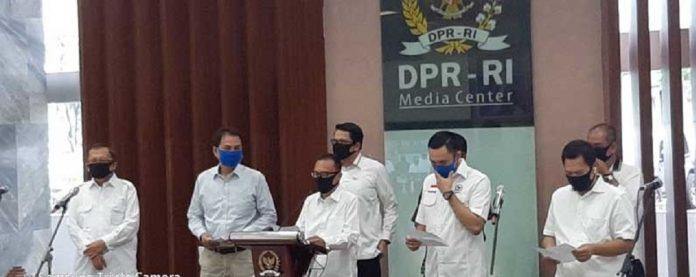 Koordinator Satgas Lawan Covid-19 Sufmi Dasco Ahmad bersama para anggota DPR saat jumpa pers