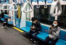 Warga Naik MRT Pakai Masker