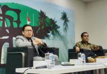 Ahmad Doli Kurnia bersama Emanuel Melkiades Laka Lena dalam diskusi Forum Legislasi di Media Center Kompleks Parlemen, Senayan