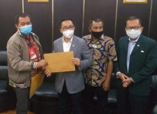 Boyamin Menyerahkan Dokumen Djoko Tjandra ke Komisi III DPR