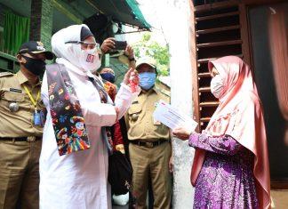 Tri Suswati Karnavian Menyalurkan Bantuan Covid-19 ke Warga