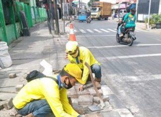 Bina Marga Kecamatan Johar Baru Perbaiki Trotoar