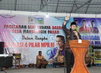 H.M. Syukur, anggota MPR dari Kelompok DPD bersama Kabiro Humas MPR Siit Fauziah dalam pargelaran seni