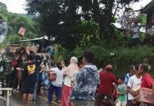 Korban Gempa Mamuju Berebut Sembako Bantuan
