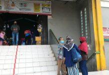 Petugas Jaga Cek Suhu Tubuh Pengunjung Pasar Lenteng Agung