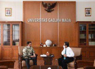 Fadel Muhammad bersama Rektor UGM Panut Mulyono