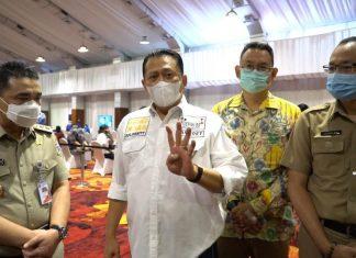 Bambang Soesatyo bersama Wagub DKI Ahmad Riza Patria Meninjau Pelaksanaan Vaksinasi Bagi Lansia dan Pekerja Pariwisata