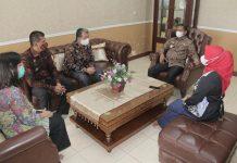 Bupati Sergai Darma Wijaya didampingi Istri,By. Rosmaida ketika menerima petu gas BKKBN guna pendataan keluarga
