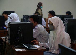 Murid Sekolah Menggunakan Komputer untuk Proses Belajar Mengajar