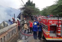 Pemdam Kebakaran Kabupaten Kendal Sedang Memadamkan Pasar Serogo yang Terbakar