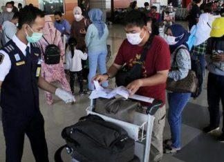 Petugas Bandara Mengecek Dokumen Kelengakapan Penumpang