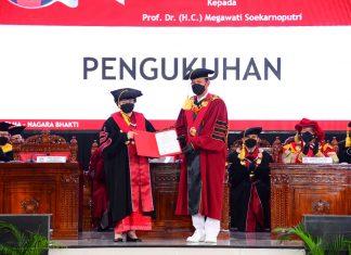 Megawati Soekarnoputri Menerima Gelar dari Rektor Unhan Laksdya TNI Prof. Dr. Amarulla Octavian