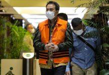 Azis Syamsuddin Pakai Rompi KPK dengan Tangan Diborgol