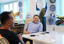 Bambang Soesatyo bersama Owner RadjaCompanydari komunitas Kicaumania Prio Sutrisno