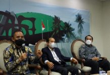 Anawar Hafid dan Yanuar Prihatin dalam diskusi Dialektika Demokrasi di Media Center Kompleks Parlemen, Senayan